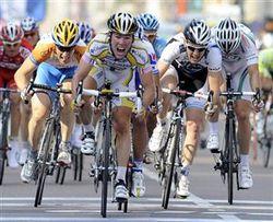 Cavendish s'impose finalement au sprint dans cette étape hors du commun